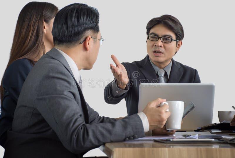 samtal för möte för bärbar dator för skrivbord för affärsaffärsmancmputer le till att använda kvinnan royaltyfri bild