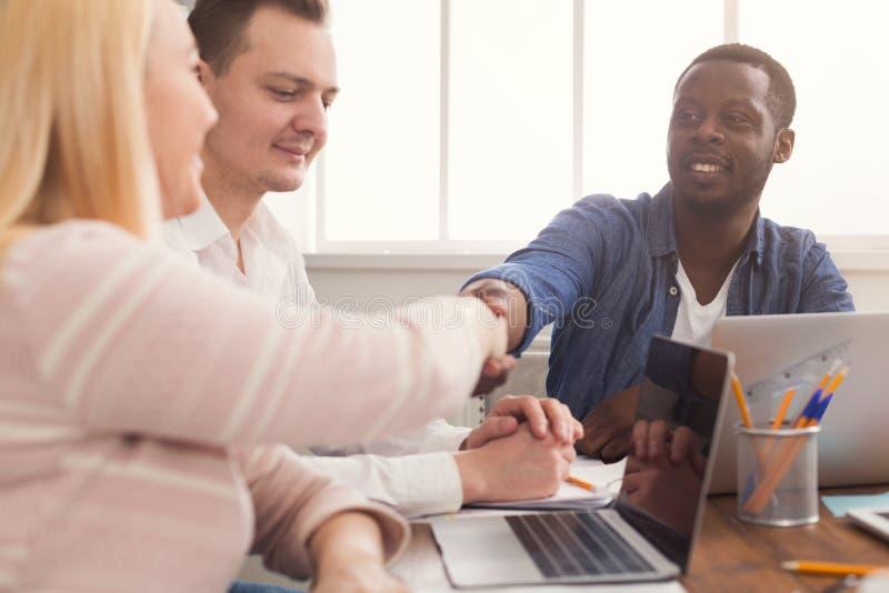 samtal för möte för bärbar dator för skrivbord för affärsaffärsmancmputer le till att använda kvinnan Multietniskt lag i regering royaltyfri bild