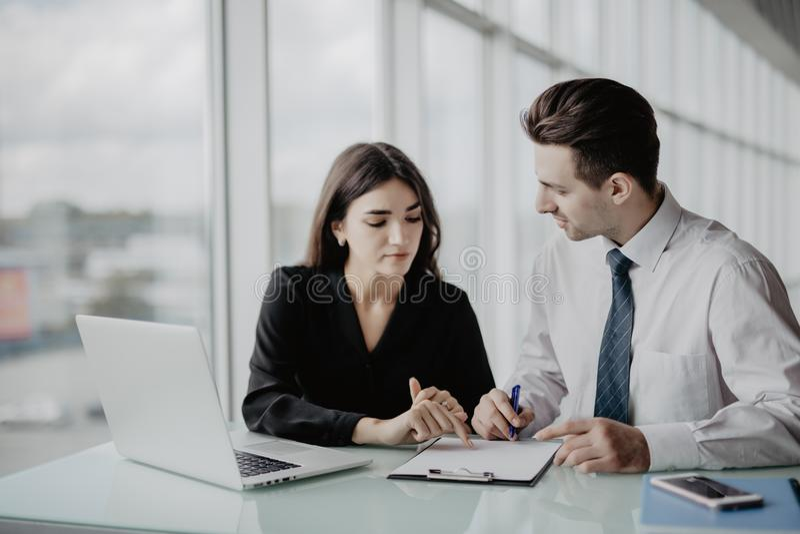 samtal för möte för bärbar dator för skrivbord för affärsaffärsmancmputer le till att använda kvinnan Två professionell som under arkivbilder