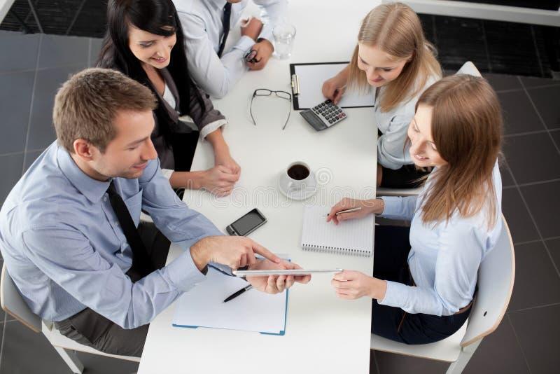samtal för möte för bärbar dator för skrivbord för affärsaffärsmancmputer le till att använda kvinnan arkivfoton