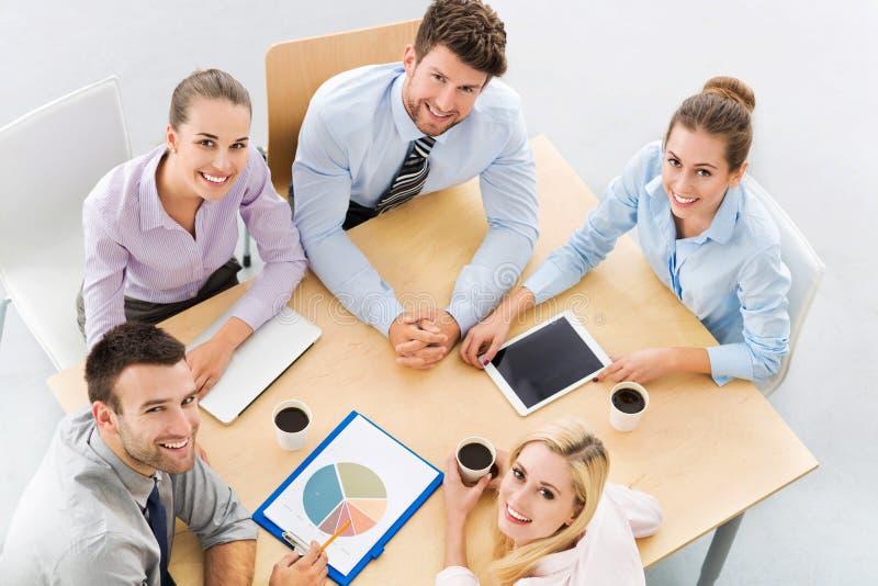 samtal för möte för bärbar dator för skrivbord för affärsaffärsmancmputer le till att använda kvinnan royaltyfri foto
