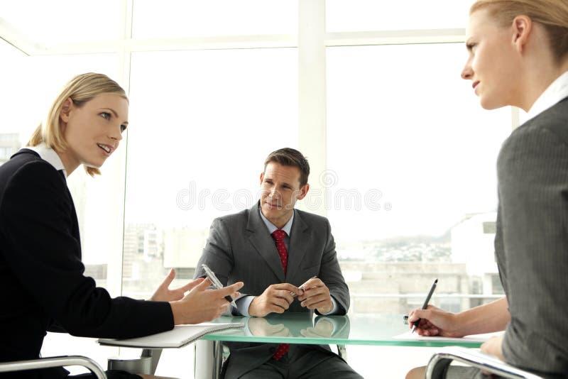 samtal för möte för bärbar dator för skrivbord för affärsaffärsmancmputer le till att använda kvinnan arkivbilder