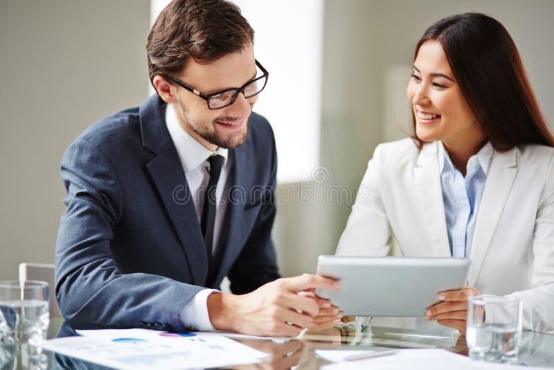 samtal för möte för bärbar dator för skrivbord för affärsaffärsmancmputer le till att använda kvinnan royaltyfri fotografi