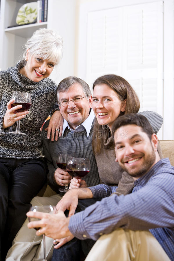 samtal för pensionär för vuxna barnpar dricka royaltyfri foto