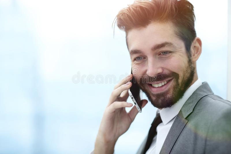samtal för telefon för affärsman mobilt royaltyfria bilder