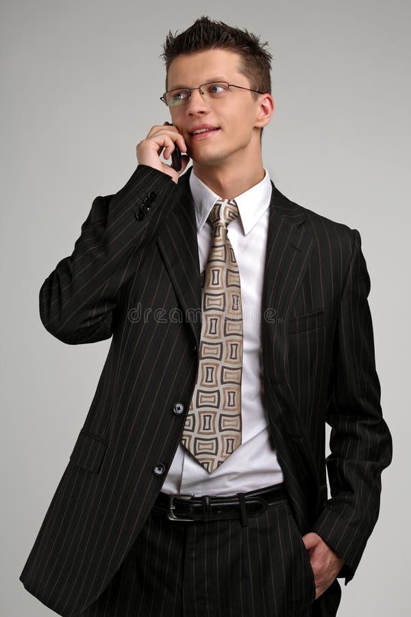 samtal för telefon för affärsman smilling royaltyfria foton