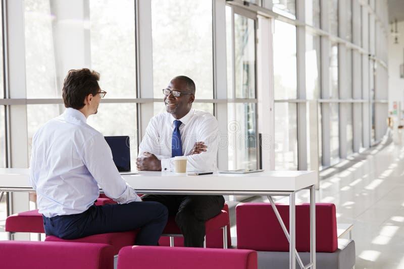 Samtal för två affärsmän under ett affärsmöte arkivbild