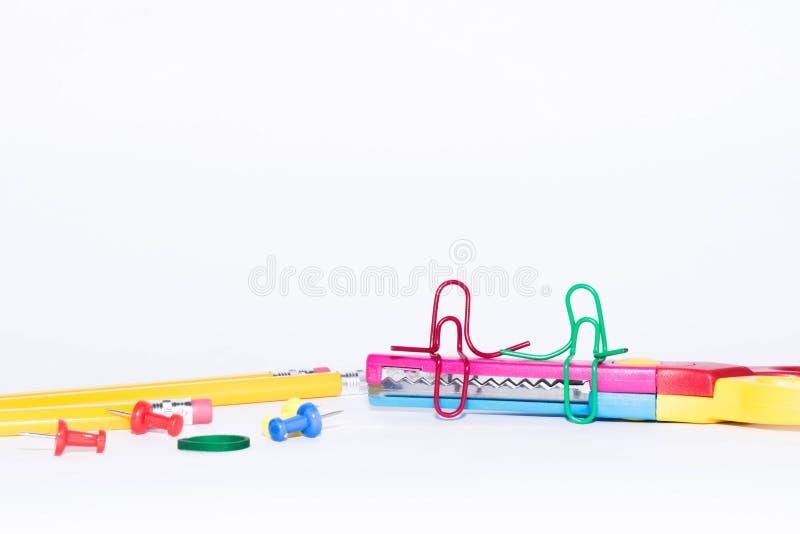 Samtal för två gemmar som sitter på en sicksack, scissors med blyertspennor i bakgrunden Miniatyrskolaliv och till skolan lurar t royaltyfri foto