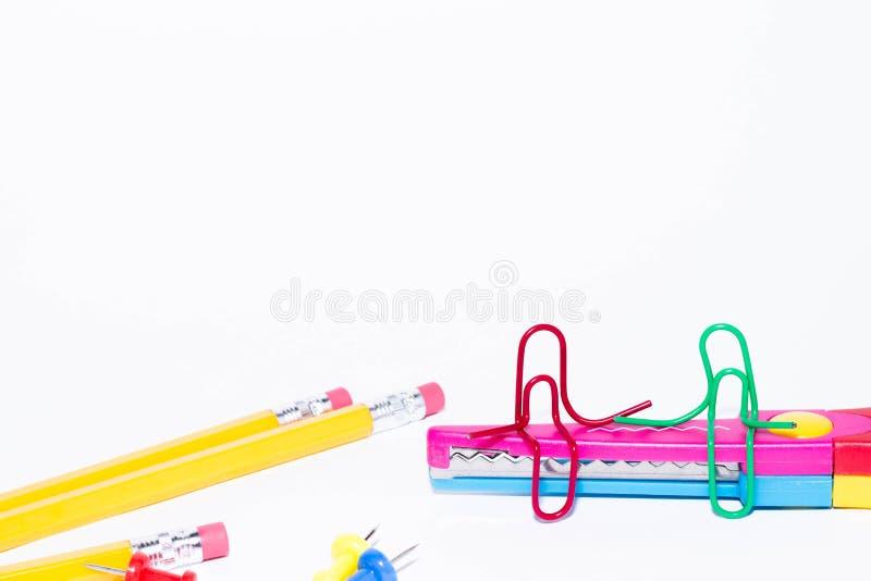 Samtal för två gemmar som sitter på en sicksack, scissors med blyertspennor i bakgrunden Miniatyrskolaliv och till skolan lurar t royaltyfri fotografi