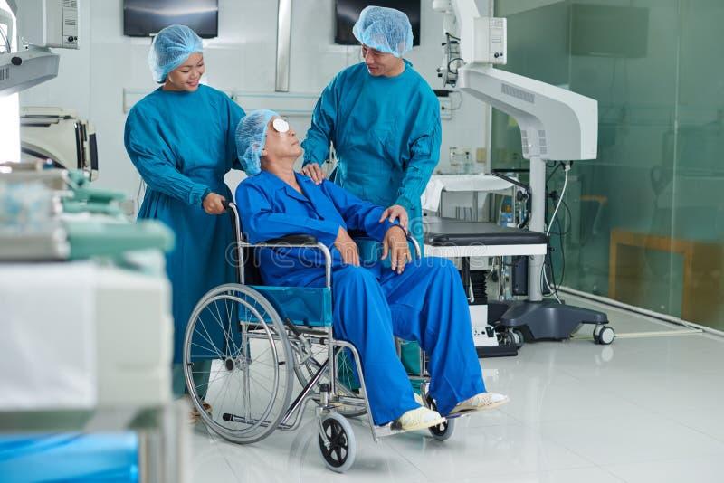 Samtal till patienten royaltyfria bilder