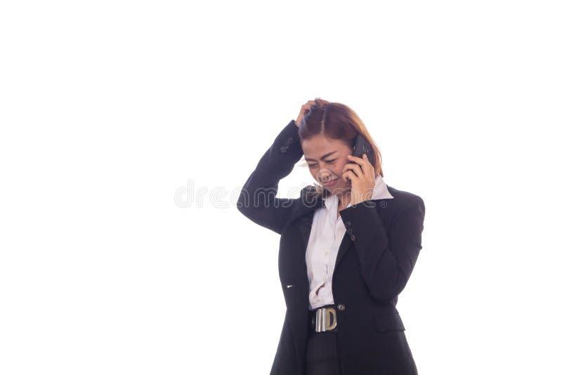 Samtalet för affärskvinnan om arbetsarbete med mobiltelefoner och henne är lite spänt royaltyfria foton