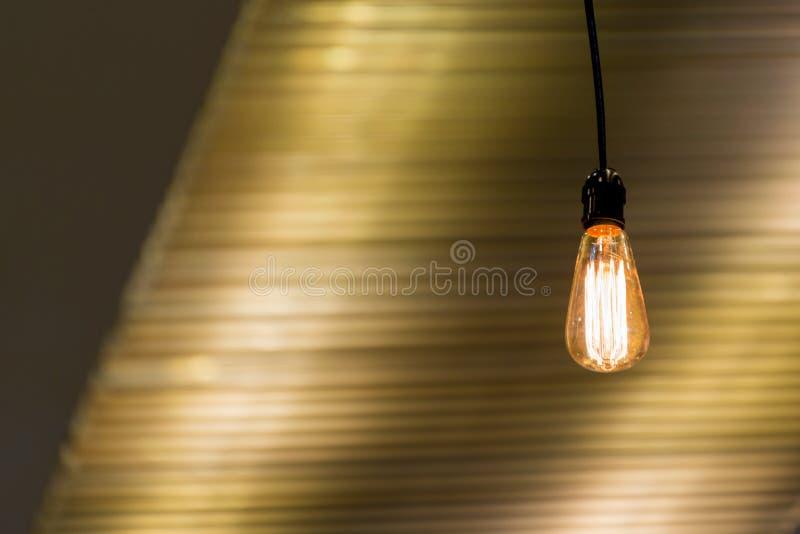 Samtida för garnering för tändande kulor för modern taklampa inre royaltyfria bilder