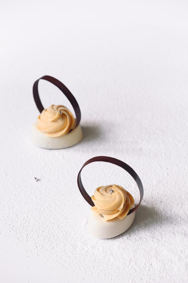 Samtida Mini Mousse Cakes royaltyfri fotografi