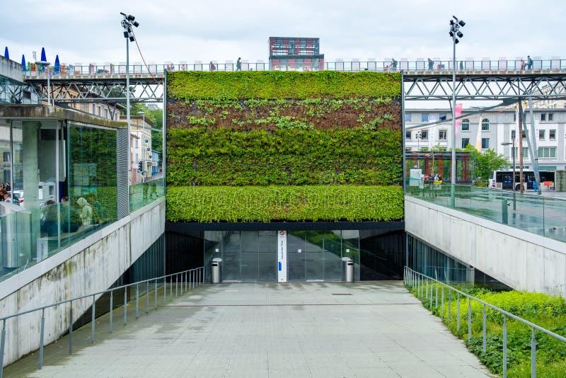 Samtida och konstnärlig ingång till den Flon tunnelbanastationen in fotografering för bildbyråer