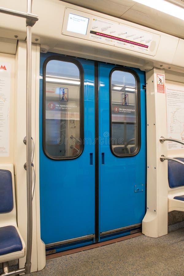 Samtidainsidautrymme av vagnen för underjordisk järnväg med tomma platser royaltyfria bilder