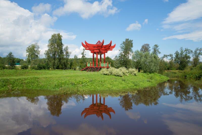 Samtidan parkerar gazeboen i den japanska stilen på bankerna av floden Tosna Leningrad regio arkivfoto