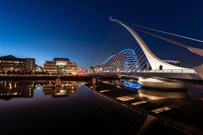 Samuel Beckett Bridge en la noche foto de archivo libre de regalías