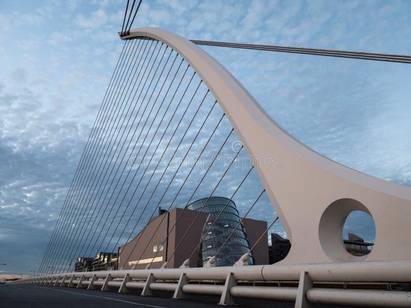 Samuel Beckett Bridge en Overeenkomstcentrum in Dublin, Ierland stock afbeeldingen