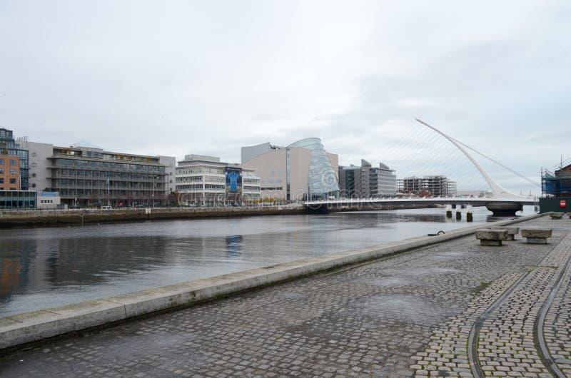 Samuel Beckett Bridge y el centro de convenio por el río Liffey en Dublín, Irlanda fotografía de archivo