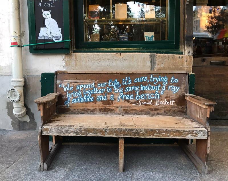 Samuel Beckett wycena na ławce outside Szekspir i Co , norma zdjęcie royalty free