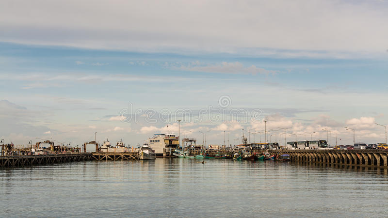 SAMUI, ТАИЛАНД - 4-ОЕ ФЕВРАЛЯ: Пристань Na Thon в Koh Samui, Таиланде стоковая фотография rf