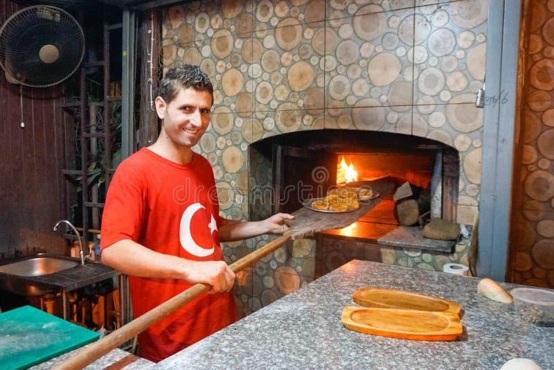 Samui, Tailândia - 24 de novembro de 2016: Cozinheiro chefe Baking Pastry no restaurante turco imagens de stock royalty free