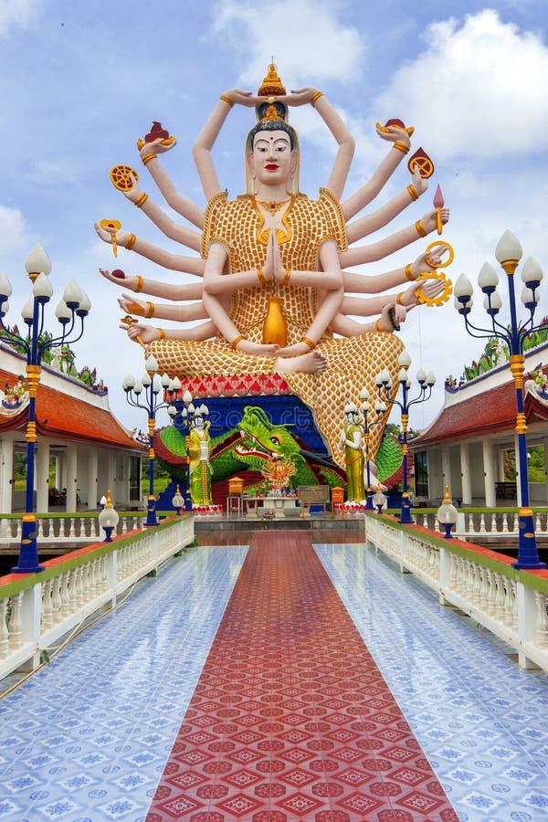 SAMUI TAJLANDIA, LIPIEC, - 02, 2016: Rzeźba 1000 ręk Guanyin w świątynnym Wacie Plai Laem fotografia stock