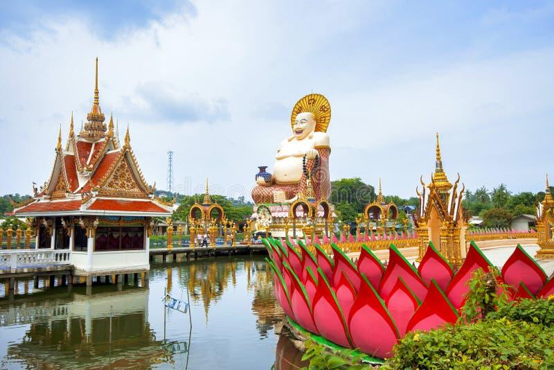 SAMUI, THAILAND - 2. JULI 2016: Skulptur von glücklichem Buddah im Tempel Wat Plai Laem lizenzfreie stockbilder