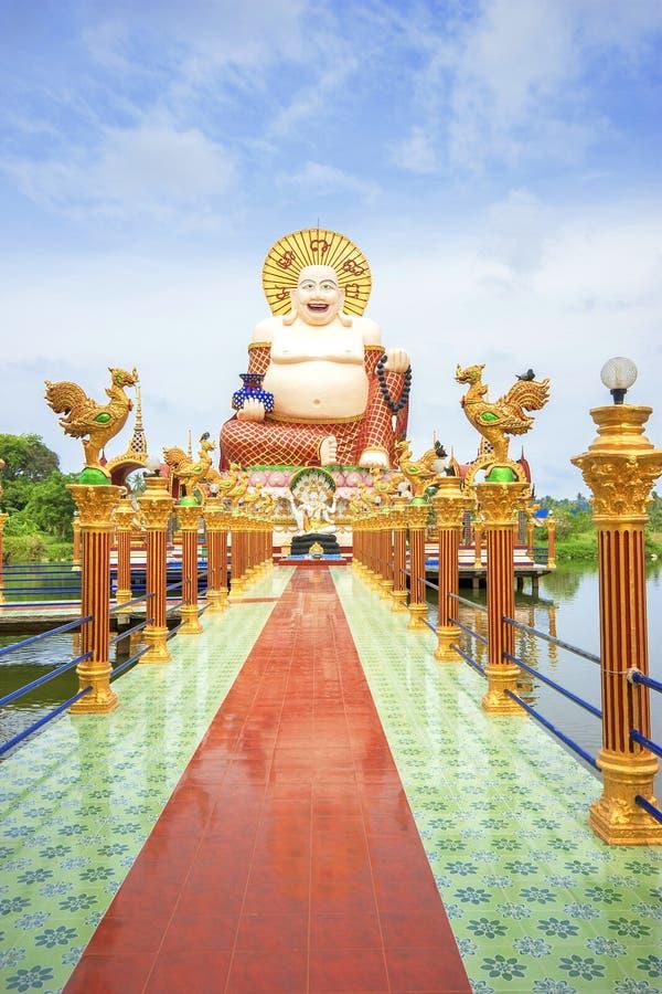 SAMUI, THAILAND - 2. JULI 2016: Skulptur von glücklichem Buddah im Tempel Wat Plai Laem lizenzfreies stockfoto