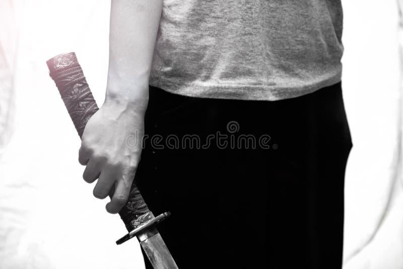Samurajsv?rd i handslut upp, svartvitt arkivbilder