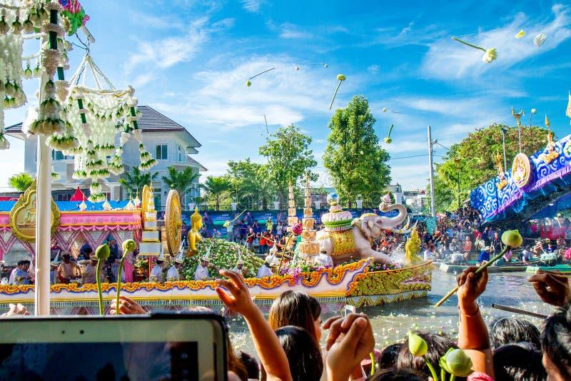 SAMUT PRAKAN, ТАИЛАНД 18-ОЕ ОКТЯБРЯ 2013: Лотос давая фестиваль стоковые изображения rf