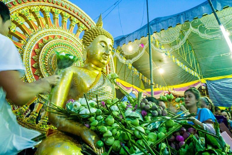 SAMUT PRAKAN, ТАИЛАНД 18-ОЕ ОКТЯБРЯ 2013: Лотос давая фестиваль стоковые изображения