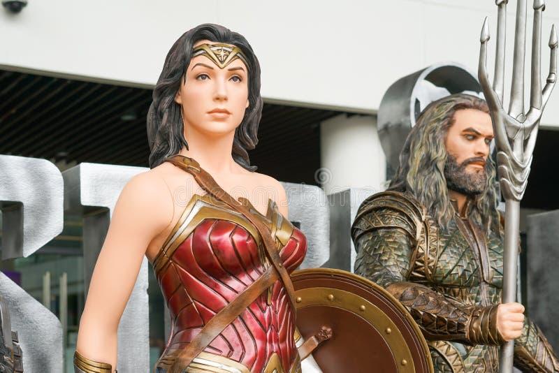 SAMUT PRAKAN, TAILÂNDIA - 21 de novembro de 2017 - modelo da mulher maravilha com o Aquaman borrado de justiça League do filme imagens de stock royalty free