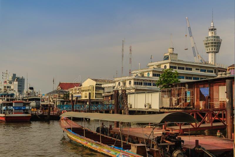Samut Prakan, Tailandia - 25 de marzo de 2017: Embarcadero local del transbordador a través imagen de archivo libre de regalías
