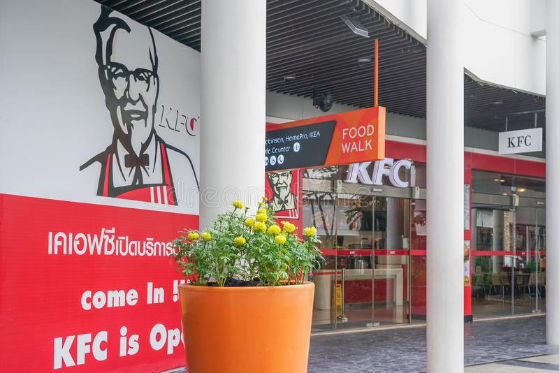Samut Prakan, Tailandia-octubre 17,2017: Delante de Kentucky restaurante del pollo frito con la imagen grande de coronel Harland  imagen de archivo libre de regalías