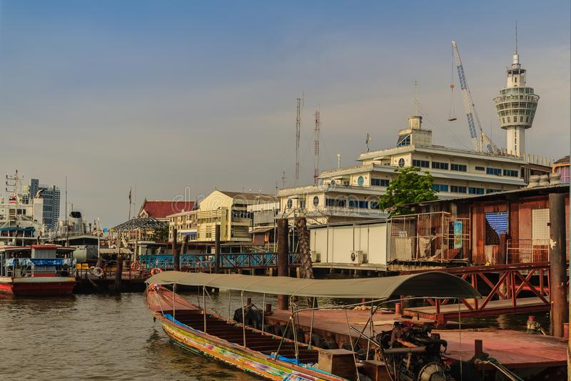 Samut Prakan Thailand - mars 25, 2017: Lokal färjapir across royaltyfri bild