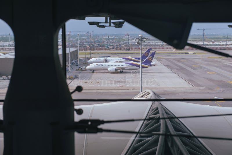 Samut Prakan, THAILAND - OKTOBER 24.2017: Thai Airways, Vliegtuigen op een baan bij Suvarnabhumi-luchthaven royalty-vrije stock foto