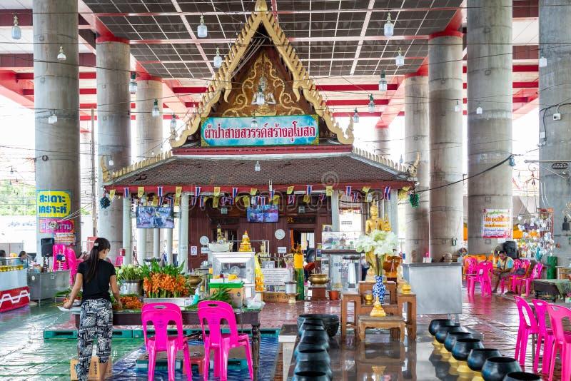Samut Sakhon, Tail?ndia-maio 13,2019: Wat Krok Krak, dentro da igreja h? um buddha, vestir dourado antigo da est?tua de buddha pr fotos de stock