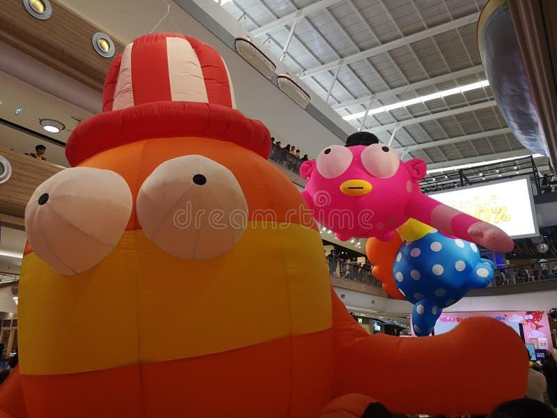 Samut sakhon, THAILAND - Januari 12, 2019: Barns dag, tecknad filmballonger i shoppinggalleria arkivbild