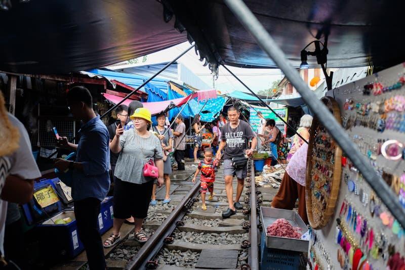 Samut Songkhram, Таиланд - 5-ое октября 2018: Рынок Maeklong железнодорожный (aka Эпицентр деятельности Rom Talad) на Samut Songk стоковое изображение rf