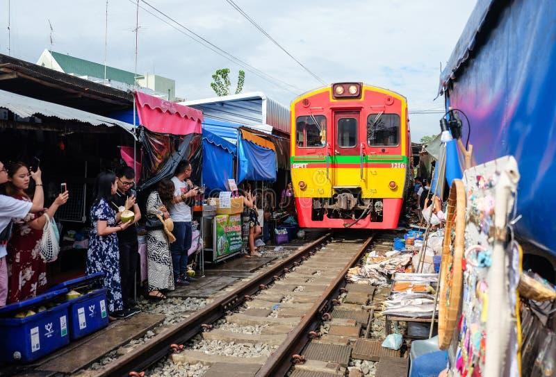 Samut Songkhram, Таиланд - 5-ое октября 2018: Рынок Maeklong железнодорожный (aka Эпицентр деятельности Rom Talad) на Samut Songk стоковые изображения