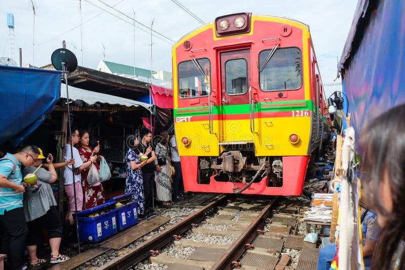 Samut Songkhram, Таиланд - 5-ое октября 2018: Рынок Maeklong железнодорожный (aka Эпицентр деятельности Rom Talad) на Samut Songk стоковые фотографии rf