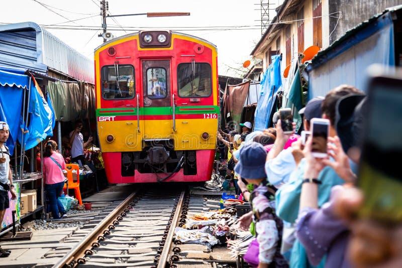 Samut Songkhram, Таиланд-май 13,2019: Туристы на Rom Talat Hup, рынке Mae Klong посещения людей железнодорожном или рынке поезда  стоковые фотографии rf