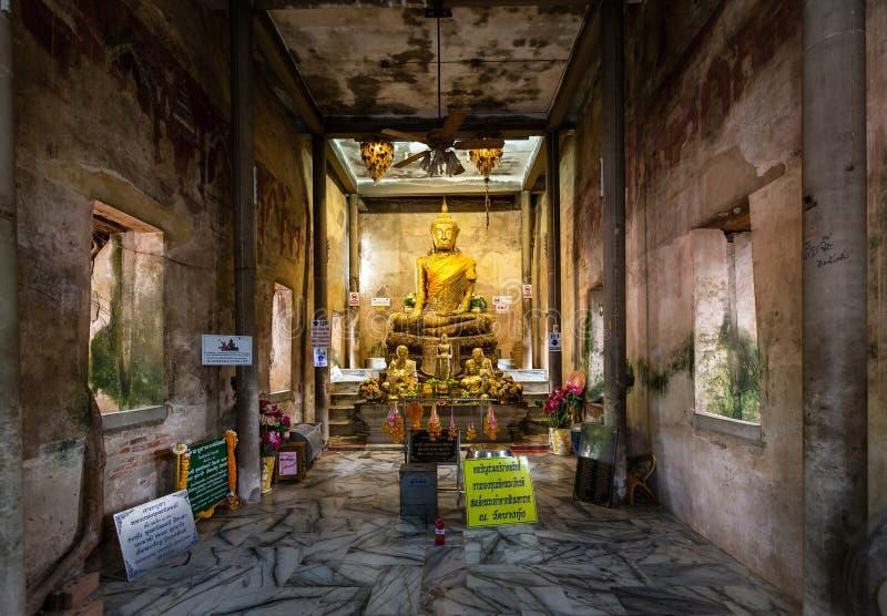 Samut Songkhram, Tail?ndia-maio 20,2019: A est?tua dourada velha de buddha na igreja, templo antigo de Wat Bang Kung, ? coberta f foto de stock