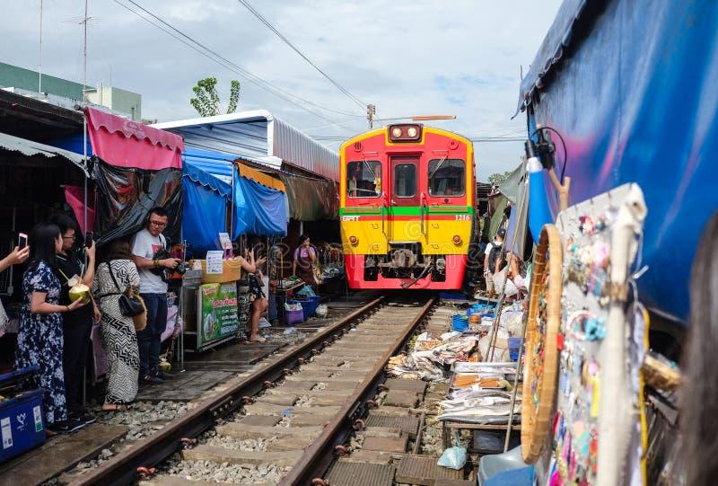 Samut Songkhram, Tailandia - 5 ottobre 2018: Mercato ferroviario di Maeklong (aka Talad Rom Hub) a Samut Songkhram, Tailandia fotografie stock libere da diritti