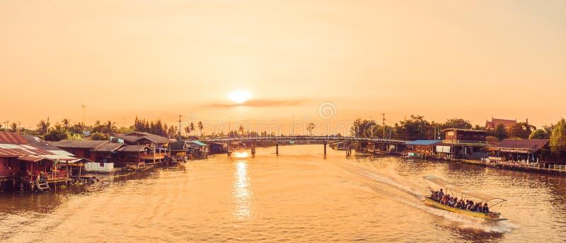 Samut Songkhram, Thailand - April 14, 2018: De boten die van de riviercruise mensen op Mae Klong River vervoeren stock foto's