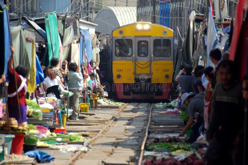 Samut Songkram, Tailandia: Servizio ferroviario fotografie stock libere da diritti