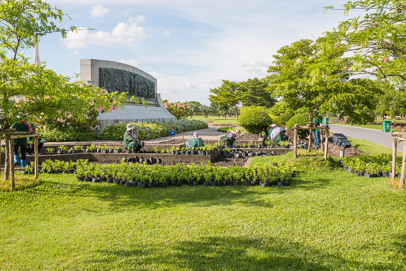 SAMUTPRAKAN THAILAND - MAJ 15: Trädgårdsmästaren planterar blommor på M royaltyfri bild