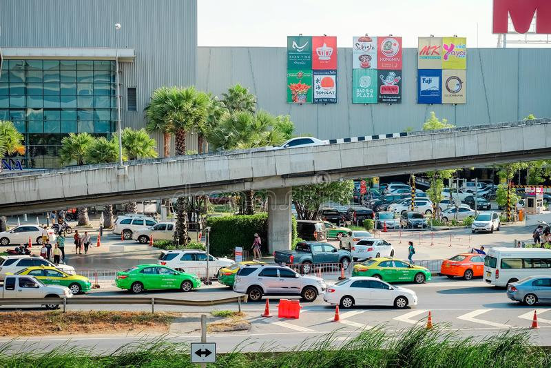 Samutprakarn,泰国- 2019年4月13日:在路的许多加州原因堵车和邦尼亚传统的机动车路和高速公路平行 免版税图库摄影