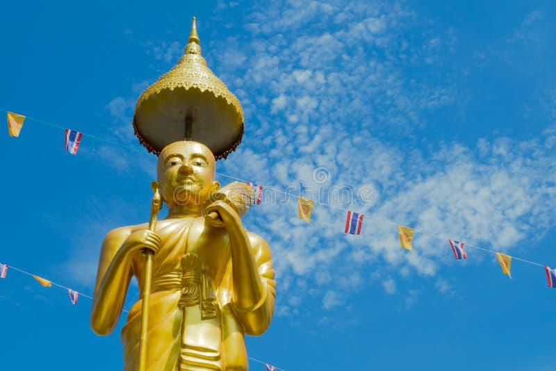 泰国- 7月19;泰国佛教徒装饰寺庙和雕象与泰国旗子和黄色佛教标志旗子